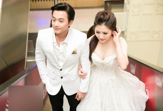 Hương Tràm và Mai Tài Phến thân thiết từ khi hợp tác làm MV Em gái mưa năm 2017. Sản phẩm thành công vang dội, đến thời điểm hiện tại đã đạt 100 triệu lượt xem trên Youtube.