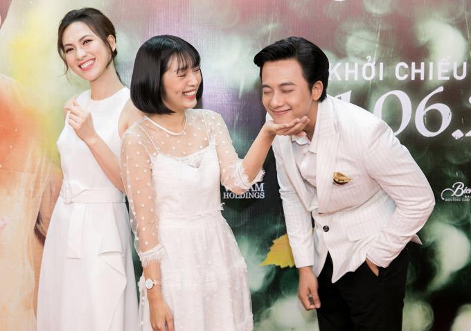 Lê Thùy Linh (tóc ngắn) thay diễn viên Thanh Vy diễn cặp cùng Mai Tài Phến trong phiên bản điện ảnh. Cô đùa giỡn cùng thầy giáo tại buổi họp báo. Phương Anh Đào (ngoài cùng bên trái) đóng vai cô giáo trẻ - người yêu của Mai Tài Phến trong phim.
