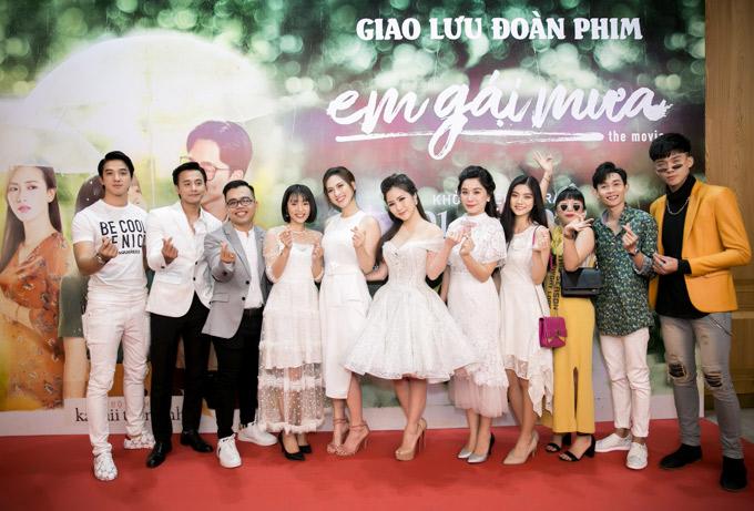 Đoàn làm phim và đạo diễn 9X Kawaii Tuấn Anh (thứ ba từ trái qua) chụp ảnh kỷ niệm tại buổi họp báo ra mắt phim.