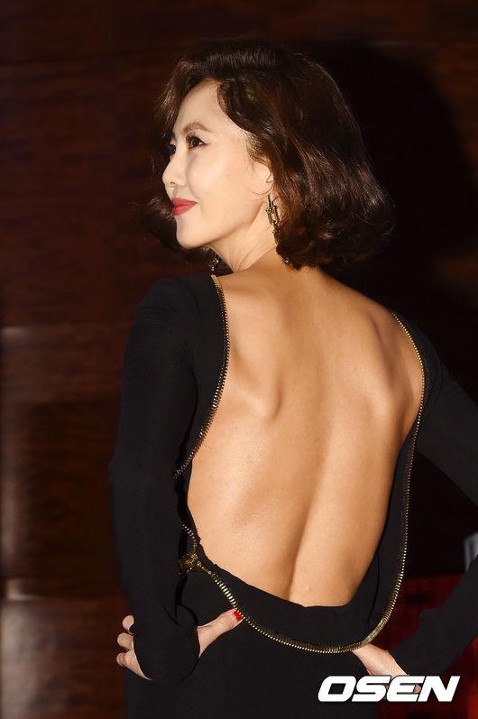 Cặp chịđẹp Son Ye Jin - Yoo tình tứ sánh vai trên thảmđỏ - 9