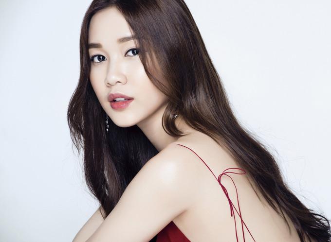Người đẹp 21 tuổi gây ấn tượng với gương mặt khả ái, vóc dáng thon thả, quyến rũ. Cô tiết lộ vừa được một hãng đồng hồ nổi tiếng gửi thư mời dự LHP Cannes 2018 tại Pháp.