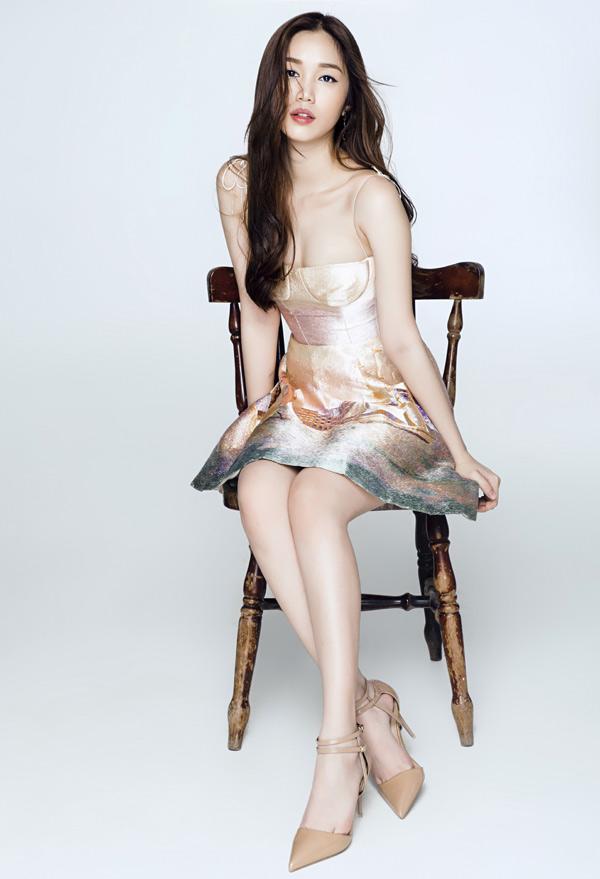 Ngoài nhan sắc, Quỳnh Hương còn có thế mạnh về ngoại ngữ. Cô sử dụng tiếng Anh lưu loát.