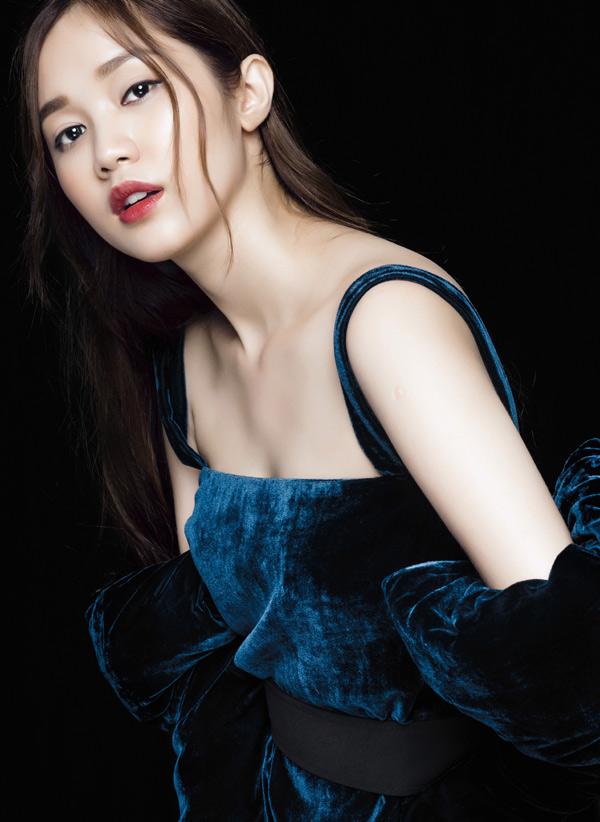 Bộ ảnh do stylist Đinh Thanh Long, chuyên gia trang điểm Kuny Lee hỗ trợ thực hiện.