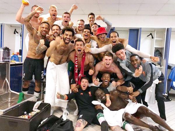 Các học trò của HLV Jurgen Klopp để thua 2-4 ở trận lượt về trên sân Olympico của AS Roma nhưng vẫn giành vé vào chung kết do ở lượt đi đã giành chiến thắng 5-2. Dàn sao The Kop cởi trần chụp ảnh trong không khí tưng bừng trong phòng thay đồ sau khi trận đấu kết thúc.