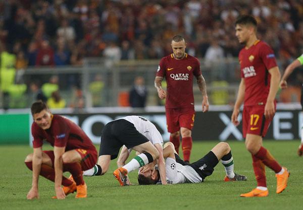 Một số cầu thủ The Kop xúc động nằm xuống sân ôm mặt, không tin được rằng đội bóng đã lọt vào chung kết trong khi các sao AS Roma thất thần, tiếc nuối.