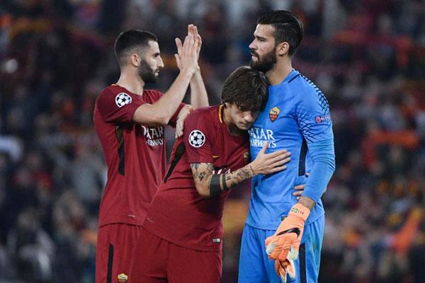 Dàn sao Roma ôm nhau an ủi sau trận thắng 4-2 ở lượt đi nhưng thua chung cuộc 6-7 sau hai lượt trận.