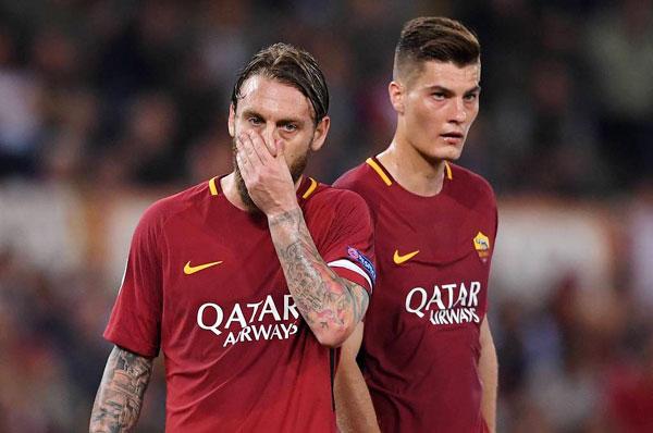 Nỗi buồn của các cầu thủ chiến binh AS Roma khi không thể làm nên điều kỳ diệu tương tự trước Liverpool giống như với Barca ở tứ kết.