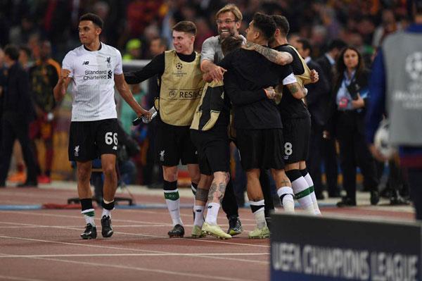 Chỉ ít phút trước đó, khi tiếng còi kết thúc trận đấu vang lên, HLV Liverpool sung sướng ôm các học trò mừng chiến thắng.