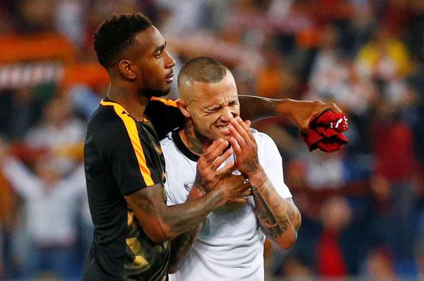 Nainggolan bật khóc nức nở khi giấc mơ chung kết Champions League tan vỡ. Tiền vệ người Bỉ lập cú đúp trong hiệp hai nhưng cũng không thể giúp đội bóng bã trầu đi tiếp.