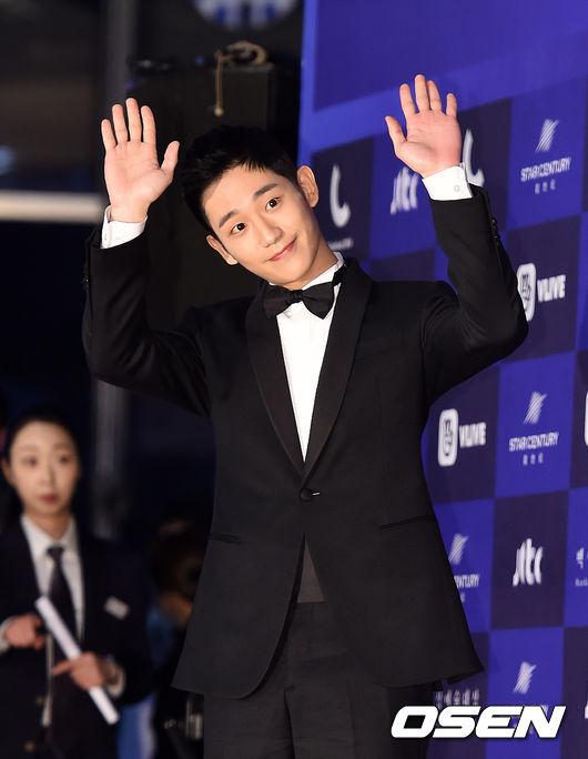 Cặp chịđẹp Son Ye Jin - Yoo tình tứ sánh vai trên thảmđỏ - 2