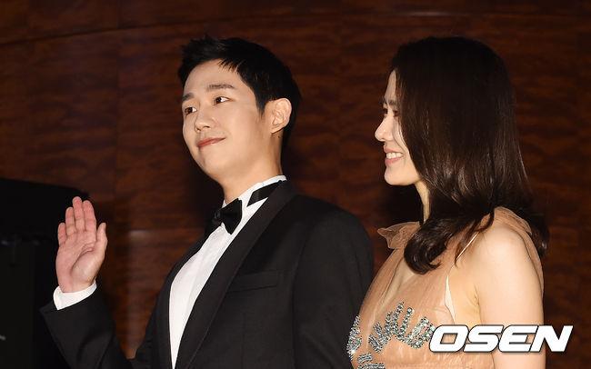 Cặp chịđẹp Son Ye Jin - Yoo tình tứ sánh vai trên thảmđỏ - 6