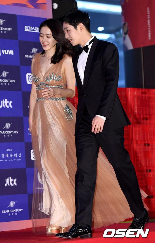 Cặp chịđẹp Son Ye Jin - Yoo tình tứ sánh vai trên thảmđỏ - 7