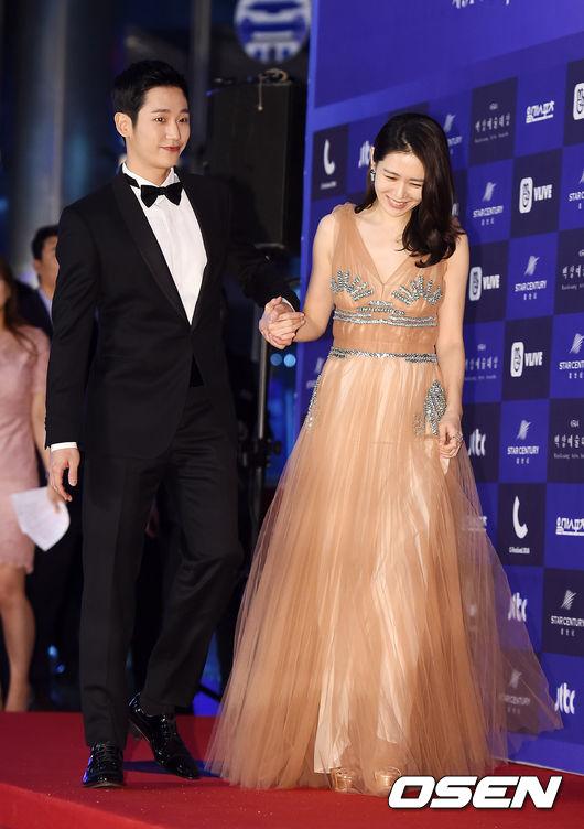 Cặp chịđẹp Son Ye Jin - Yoo tình tứ sánh vai trên thảmđỏ - 8