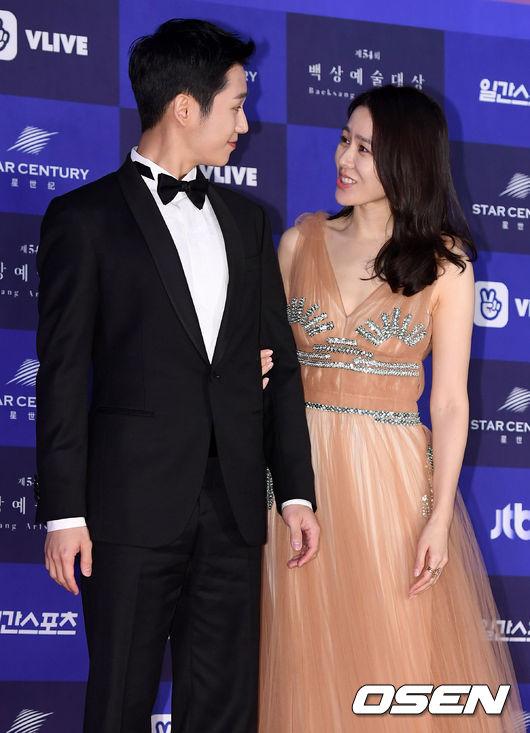 Cặp chịđẹp Son Ye Jin - Yoo tình tứ sánh vai trên thảmđỏ - 4