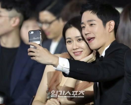 Sau đó, dưới hàng ghế khách dự chương trình, cặp sao tiếp tục ngồi cạnh nhau và mải mê chụp selfie.