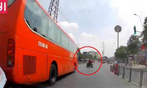 Xe máy chui vào gầm ôtô vì vượt đèn đỏ, sang đường ẩu