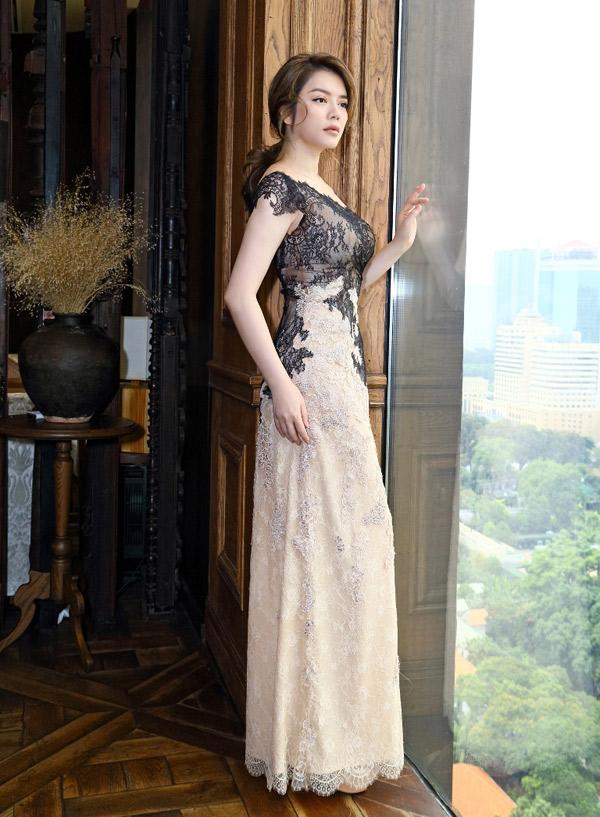 Sáng 4/5 Lý Nhã Kỳ có mặt tại một khách sạn ở trung tâm TP HCM. Cô đến dự buổi họp báo công bố show diễn của nhà thiết kế Hoàng Hải tổ chức tại thành phố Cannes, Pháp vào giữa tháng 5.