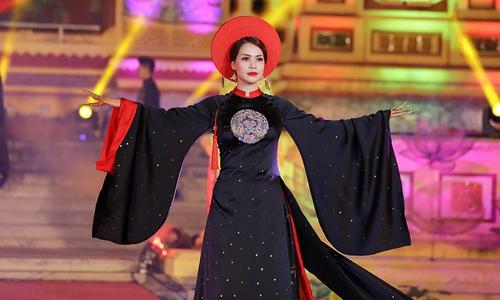 Á hậu Ý Lan khoe nét sang trọng trên sân khấu trình diễn áo dài