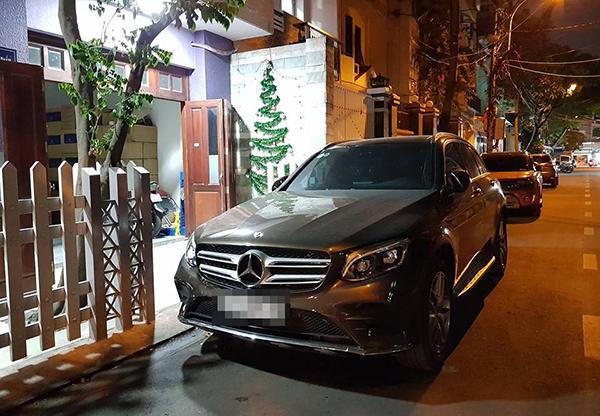 Chiếc xe của anh Luân Nguyễn màu cam (phía sau).