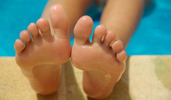 Loại bỏ vết chai chân  cắt nhỏ 7 viên aspirin, thêm 1/2 thìa nước cốt chanh để tạo thành hỗn hợp nhão. Thoa hỗn hợp này vào lòng bàn chân, sử dụng một miếng vải bao phủ trong 10 phút. Sau đó, tẩy những vết chai chân cứng với miếng bọt biển.