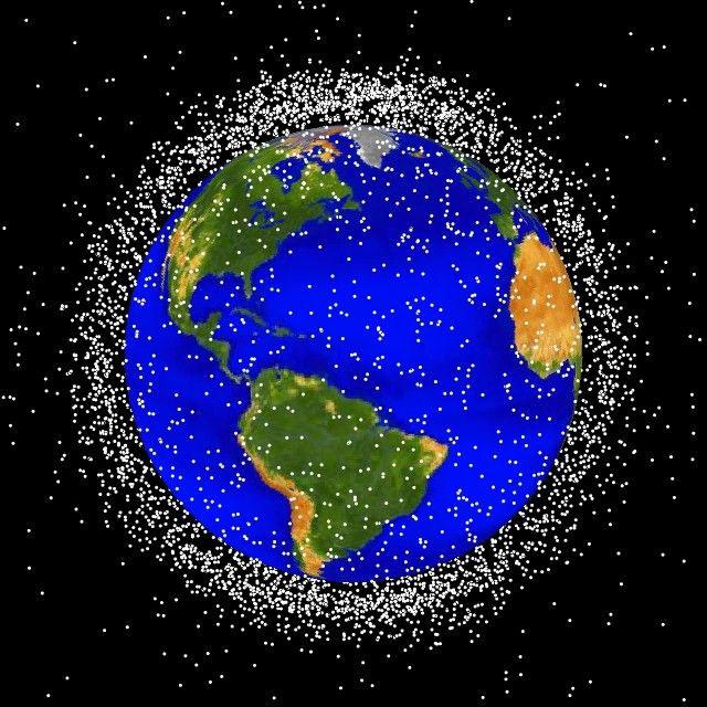 Rác thải vũ trụ di chuyển với vận tốc 10 lần đạn bay quanh Trái Đất, hầu như chưa đượcdọn dẹp. Ảnh:NASA.