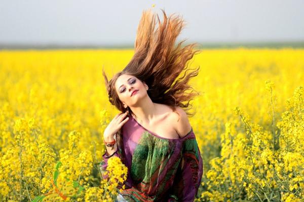 Phục hồi tóc hư tổn Hòa 1 viên aspirin vào cốc nước ấm rồi thoa đều lên tóc, ủ trong 15 phút rồi gội sạch lại.