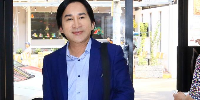 Đượcđồng nghiệp mách nước, nghệ sĩ Kim Tử Long quyết định tới BB Thanh Mai trải nghiệm phương pháp trẻ hóa da.