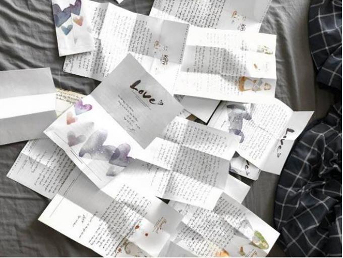 Đôi tình nhân yêu xa còn cho rằng viết thư tay cho nhau là một hành động lãng mạn, đáng yêu.