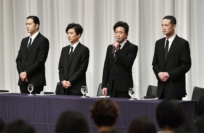 Các thành viên nhóm Tokio dự họp báo hôm 26/4 để thay mặtYamaguchi xin lỗi khán giả.