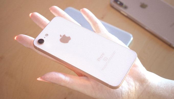 Dựa trên các tin đồn, nhà thiết kế nổi tiếng Martin Hajek dựng hình ảnh iPhone X Plus và iPhone SE 2. Trong ảnh là iPhone SE 2 nằm gọn trên tay với màn hình chỉ khoảng 4,2 inch.