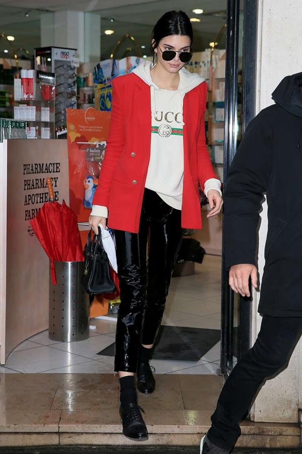 Người mẫu 9x Kendall Jenner chọn phiên bản áo có mũ hoodie và mix với áo đỏ nổi bật.