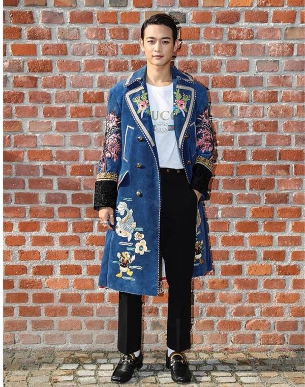Chàng ca sĩ điển trai Minho (Shinee) thì lại phối mẫu áo phông theo phong cách thời thượng với áo khoác dáng dài.