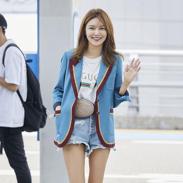 Còn cô nàng Soo Young thì lại cá tính trẻ trung khi mix cùng blazer và quần sooc jean xé gấu.