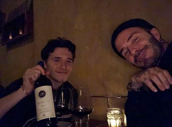 Hôm 2/5, Brooklyn khiến Becks xúc động khi bất ngờ trở về Anh đúng sinh nhật của bố. Chàng trai 19 tuổi gửi lời chúc mừng bố thêm tuổi mới bằng bức ảnh hai bố con đang thưởng thức rượu vang.