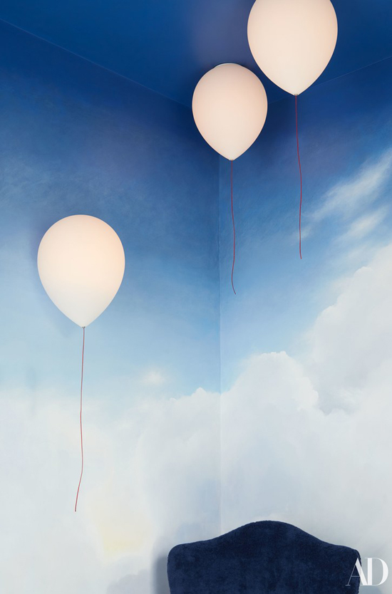 Tường phòng tắm được vẽ đầy bóng bay và những đám mây trắng bồng bềnh tạo cho Cara cảm giác như đang bay bổng ở xứ sở thần tiên.