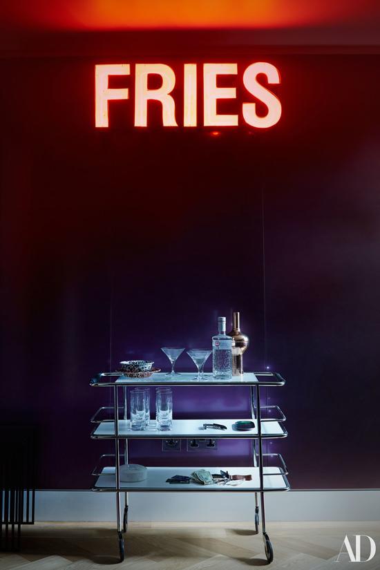 Quần bar nhỏ trong phòng xem phim đặt dưới đèn neon có dòng chữ Fries.