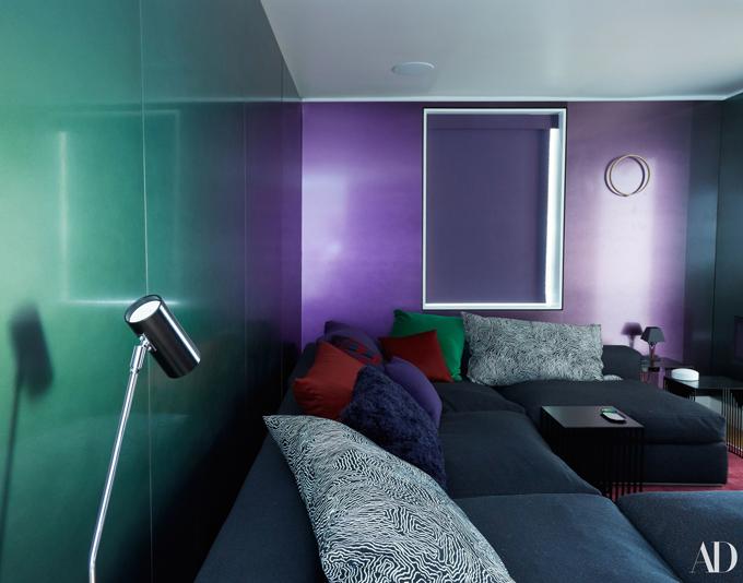 Phòng xem phim của siêu mẫu Anh được sơn màu tím và xanh.