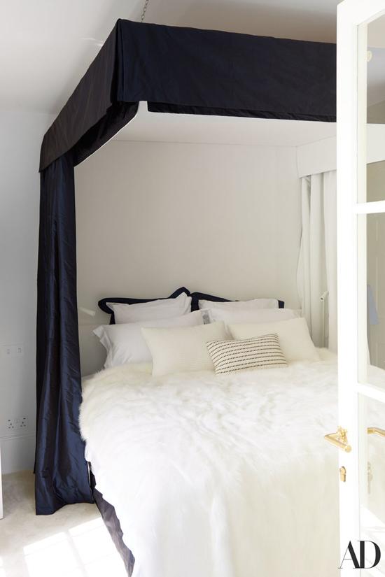 Chiếc giường êm ái đầy mời gọi.