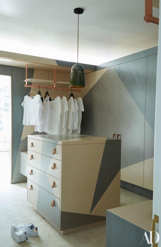 Phòng thay đồ tông màu xanh dễ chịu.