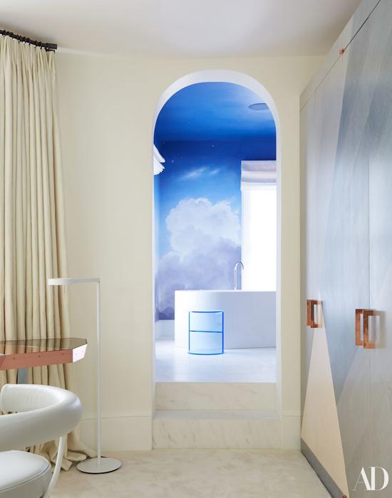 Cô ấy thích nằm thư giãn trong bồn tắm sau mỗi chuyến đi xa và tận hưởng cảm giác lãng mạn, mộng mơ, kiến trúc sư Bartlett giải thích về ý tưởng thiết kế phòng tắm độc đáo này, Những người Anh đều yêu phòng tắm.