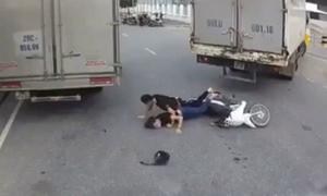 Tài xế ôtô cười khoái chí khi 2 thanh niên 'đánh võng' xe máy ngã sấp mặt
