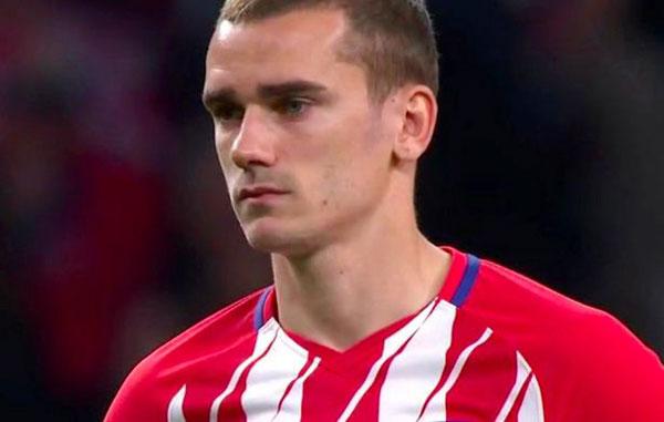 Gương mặt rất lo lắng của tiền đạo người Pháp cho thấy chấn thương của Laurent Koscielny trầm trọng đến mức nào và tầm quan trọng của ngôi sao 32 tuổi trong phòng thay đồ của tuyển Pháp