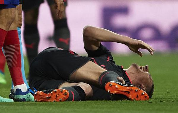 Laurent Koscielny suy sụp nằm sân, liên tục đấm vào mặt cỏ thể hiện sự bất lực.