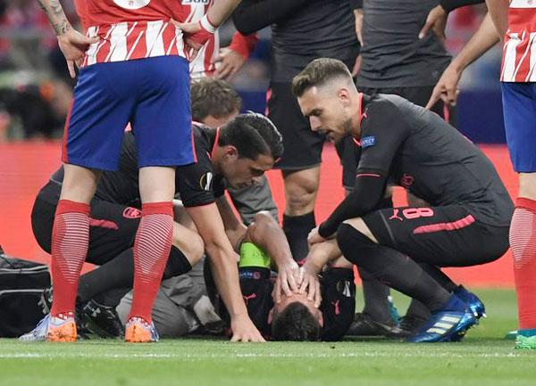Thủ quân Arsenal ôm mặt