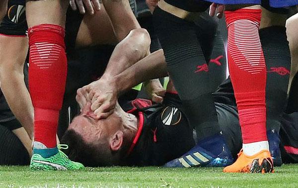 Khi Laurent Koscielny bị đau, Atletico đang trong tình huống phản công nhưng Diego Costa đá bóng ra ngoài để các bác sĩ chăm sóc cho cầu thủ đối phương