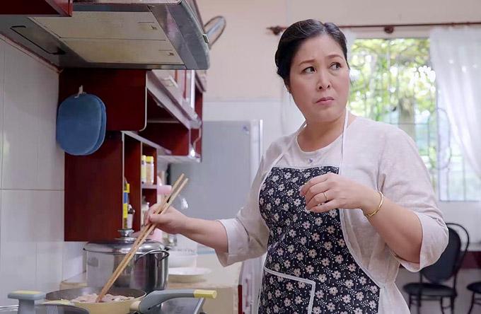 NSND Hồng Vân trở lại phim truyền hình với vai bà Mai, một người mẹ thiên vị. Bà là người quán xuyến mọi chi tiêu trong nhà, lại gánh thêm trách nhiệm chăm lo cho mẹ chồng, em chồng. Vì cả đời nhọc nhằn nên bà kỳ vọng các con sẽ có cuộc sống giàu sang và địa vị xã hội. Cũng vì lý do này, bà đối xử khắt khe với con gái đầu lòng Hương, nhưng lại ra sức chiều chuộngcon gái thứ hai Hân (Lê Huỳnh Thúy Ngân đóng) bởi cô lấy được chồng doanh nhân.