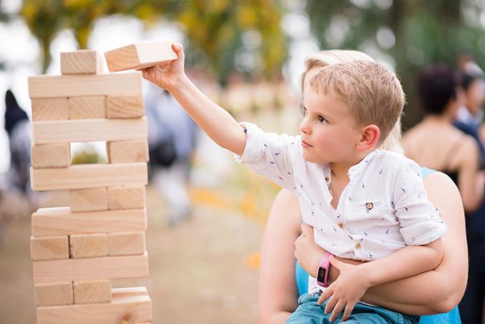 Khi trẻ bận rộn với các trò chơi của mình, chúng sẽ không khiến bạn phải đau đầu.