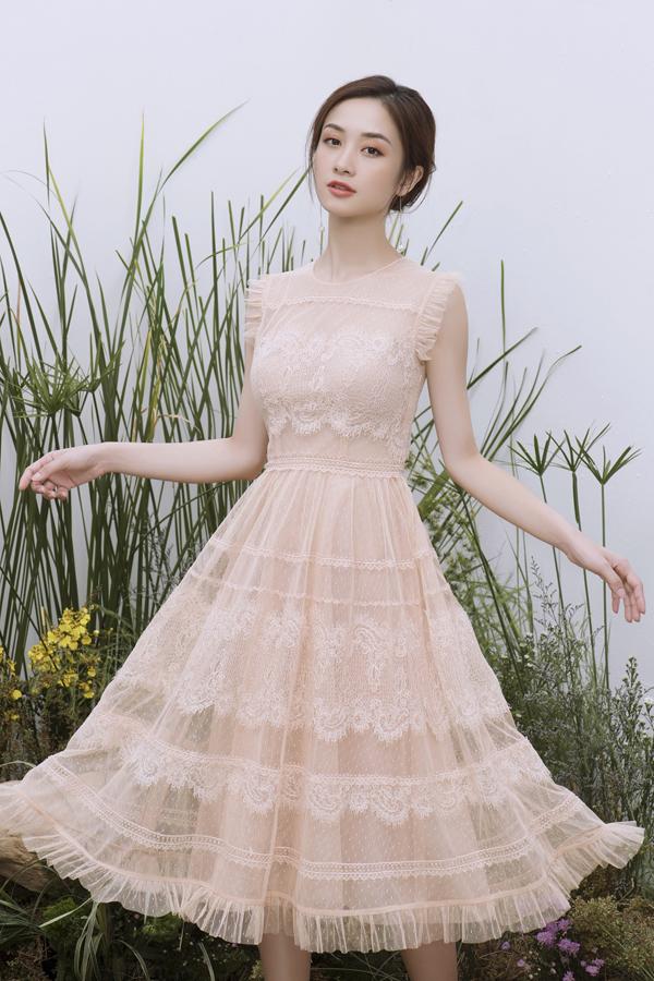 Jun Vũ nổi bật khi diện chiếc váy họa tiết ren cầu kỳ. Đây được xem là xu hướng thời trang được đông đảo các nhà thiết kế lựa chọn cho sản phẩm của mình. Khi khoác lên người bộ cánh này, vẻ đẹp thanh lịch, quý phải được bộc lộ qua sự mềm mại của họa tiết ren không bao giờ lỗi mốt.