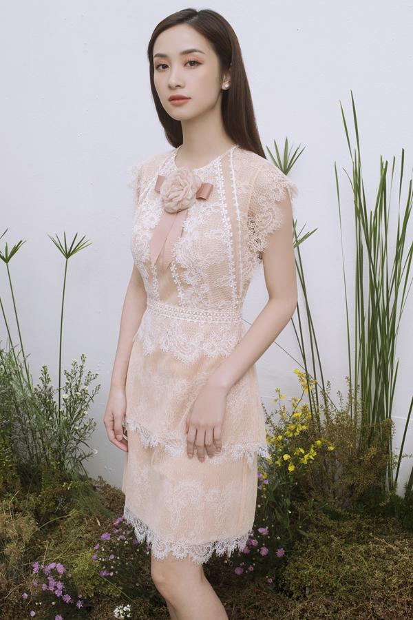 Váy dáng ngắn với đường nét thanh nhã đi kèm cách phối chất liệu tôn nét gợi cảm được khai thác tối đa trong bộ sưu tập dành cho mùa hè 2018.