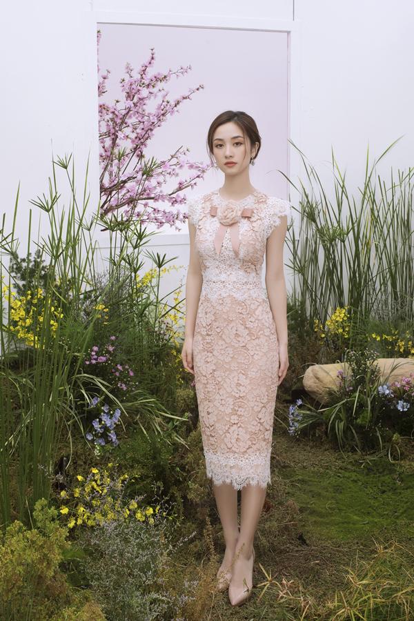 Những quý cô công sở sẽ trở nên thanh lịch, hiện đại và gợi cảm hơnkhi diện thiết kế váy ren bó sát. Dáng váy quen thuộc nhưng luôn được làm mới bằng cách xử lý chất liệu và chọn lựa màu sắc.